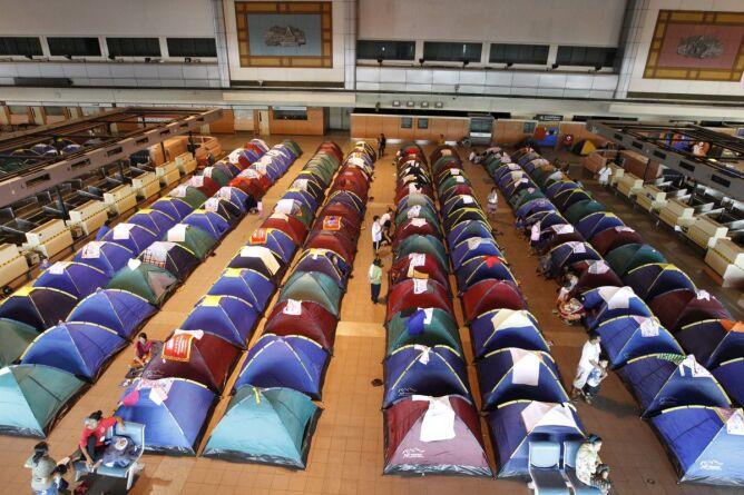 Miasteczko namiotowe w schronisku koło Bangkoku (PAP/EPA)