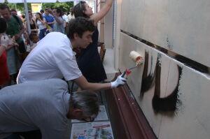 Zamalowali rasistowskie napisy na Muranowie