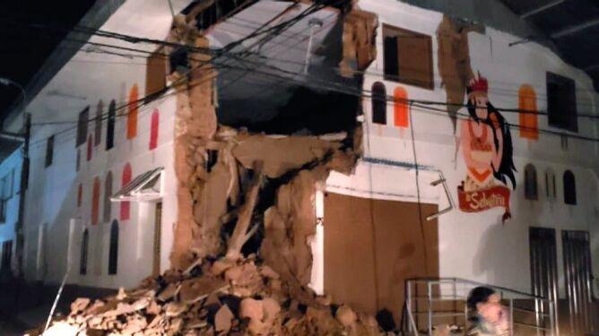 Trzęsienie zniszczyło budynki (PAP/EPA/BomberosPE HANDOUT)